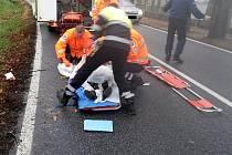 Záchranáři v akci u sražené cyklistky.