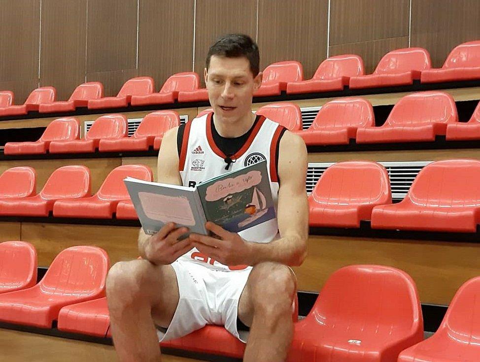 Petr Benda čte dětem.