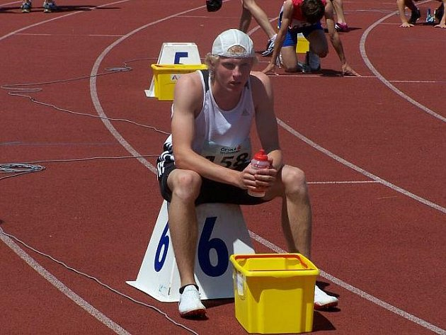 Soustředění před startem závodu v podání nymburského atleta Jana Šindeláře.