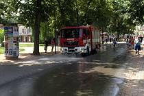 Hasiči chladí ulice Poděbrad.
