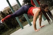 Veronika Szabóová je mistryní republiky ve street workoutu.