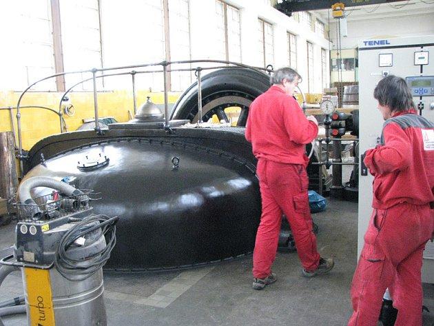 Dělníci opravují nymburskou elektrárnu. V těchto dnech probíhá generální oprava turbín a generátorů.