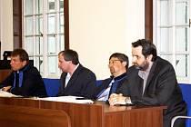 Bývalý pilot Eduard H. (úplně vpravo) a jeho komplic Tomáš H. (mezi obhájci) u nymburského soudu