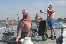 Asfaltéři na mostě u Poděbradky