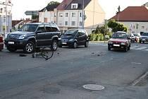 V Lysé se srazila škodovka s cyklistkou. Ta je ve vážném stavu