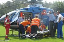 Muže, který spadl ze zídky, odvezl vrtulník