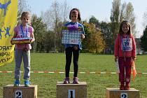 STUPNĚ VÍTĚZŮ a k tomu sladká odměna. Nejmenší závodníci dostali kromě jiného i perníkové medaile
