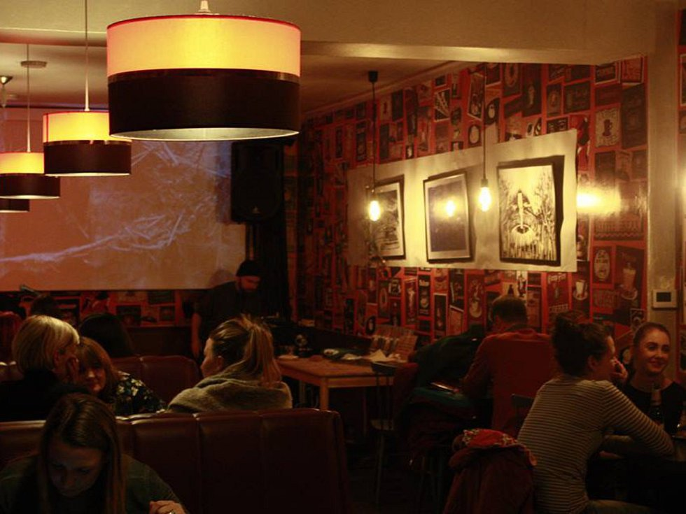 Ze zahájení výstavy obrazů Jakuba Königa v poděbradské kavárně Kafíčko.
