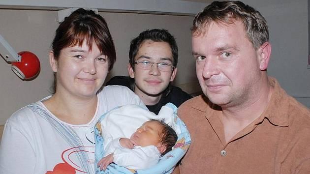 RODINKA ZE SOKOLČE SE ROZROSTLA. Tatínek Radek, maminka Liliana, čtrnáctiletý brácha Daniel a především Marek Sixta, který se narodil 4. listopadu s váhou 3 910 g a výškou 53 cm, se společně vyfotografovali v kolínské porodnici. Společně žijí v Sokolči.