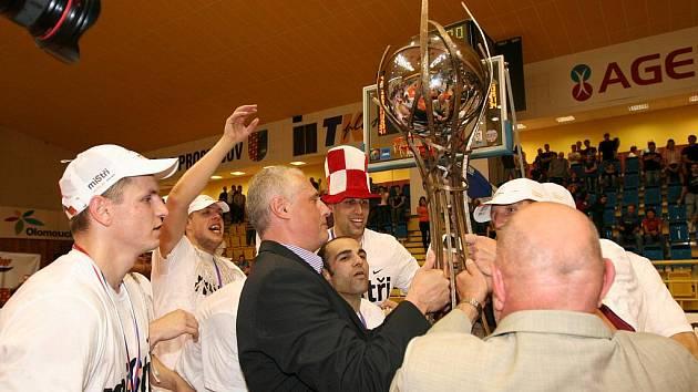 Oslavy nymburských košíkářů po zisku osmého titulu