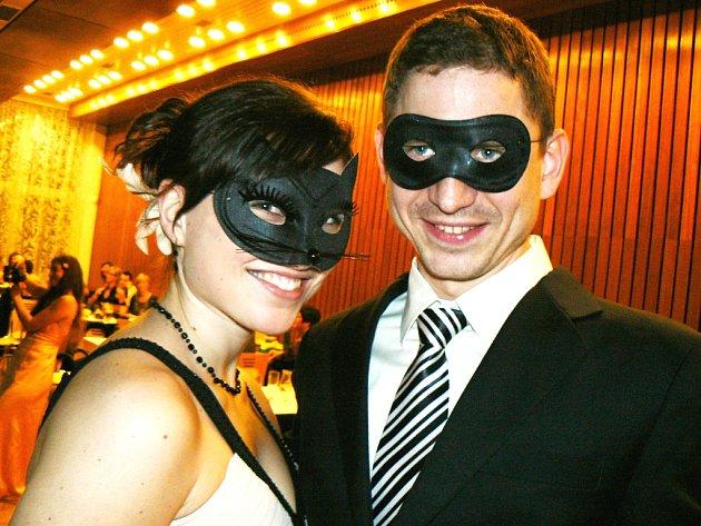JeLibál byl první divadelní ples a ve škraboškách.