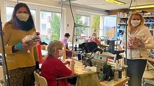 Skupina dobrovolníků ve sdružení Poděbrady šijí roušky své výrobky rozdává zdarma