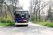 Úzkou silničkou si trasu krátí i velké autobusy