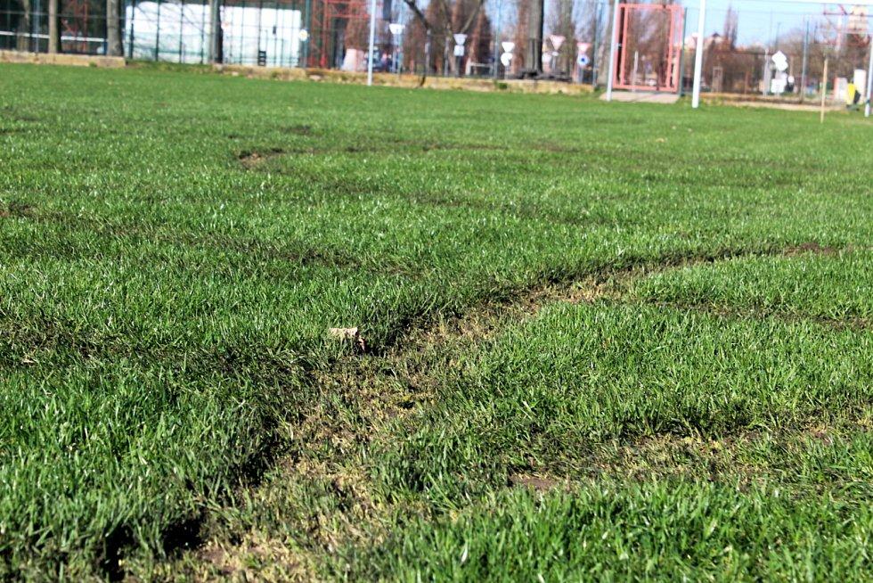 Rozježděný trávník na hřišti na Vesláku v Nymburce.