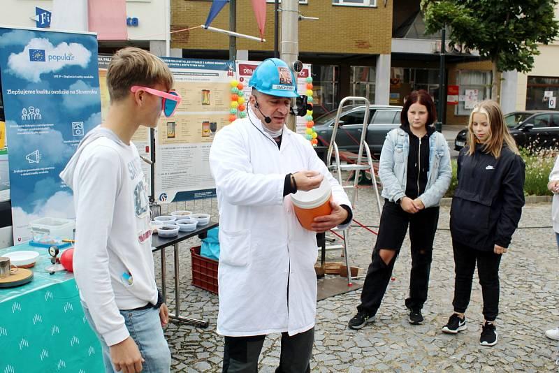 Z naučně zábavné show Smokeman na Náměstí Přemyslovců v Nymburce.