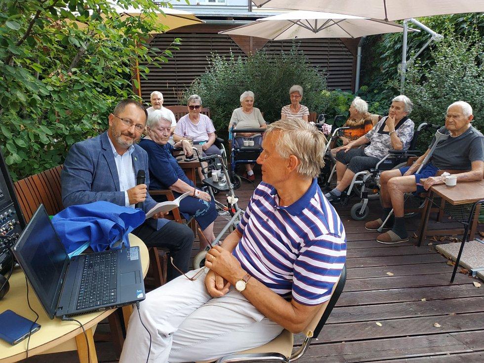 Petr Kukal besedoval se seniory v Domově Luxor Poděbrady.