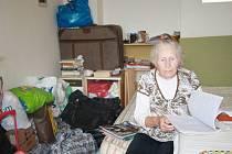 Osmdesátiletá Shaer Etti už brzy nebude muset bydlet v této místnosti.