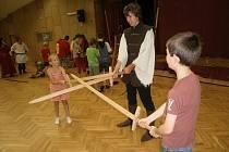 Děti si na vlastní kůži vyzkoušely souboj s mečem i pečení placek.