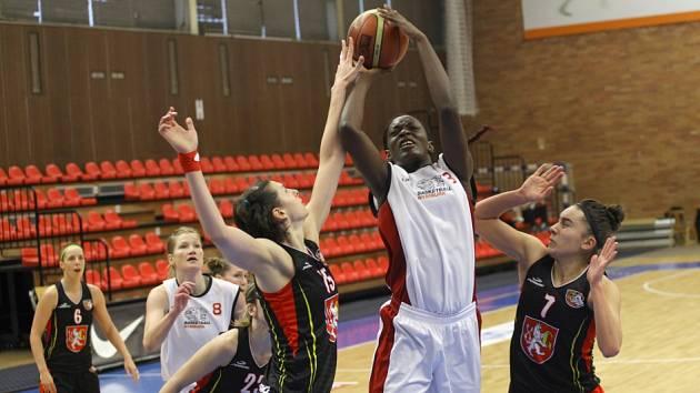 Z basketbalového utkání ženské ligy Nymburk - Hradec Králové (76:85)