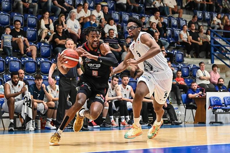 Z basketbalového utkání Kooperativa NBL Děčín - Nymburk (74:92)