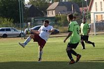 Fotbalisté rezervy poděbradské Bohemie (v bílém) nastříleli v prvním kole Postřižinského okresního přeboru sedm gólů Hrubému Jeseníku.