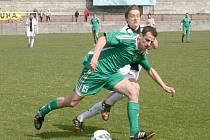 TOMÁŠ HOLAN (v zeleném) zařídil semickému mužstvu bod. Dal jediný gól svého týmu na půdě příbramského Spartaku