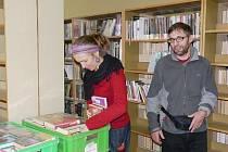 Všechny knihy projdou rukama knihovnic a knihovníků. Gábina a Marcel balí :-)