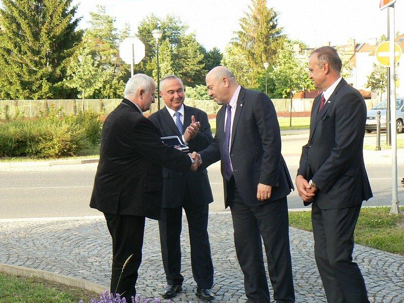 Zástupci partnerských měst Poděbrady a Netanya vysadili strom přátelství na místě někdejší synagogy