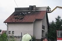 Po sedmé večer vyjížděli hasiči k požáru rodinného domu v Kovanicích