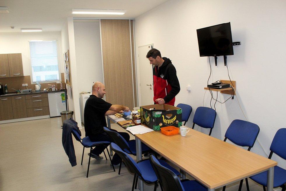 Odsouzení Petr Gerišer a Josef Rubeš v domku vyrábějí vánoční cukroví.
