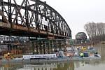 Odstranění části starého mostu přes Labe v Čelákovicích.