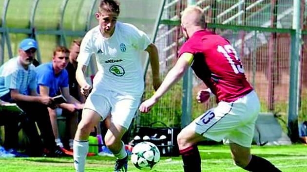 Matěj Vlk, osmnáctiletý fotbalista z Nymburka (v bílém), válí už čtyři sezony v dresu Mladé Boleslavi