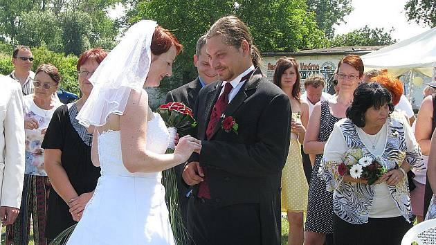 V Drahelicích na hřišti bylo v sobotu veselo. Měli tu totiž svatbu dnes už novomanželé Tornovi.