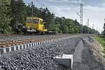 S modernizací železnice mezi Lysou nad Labem a Čelákovicemi pomáhá sanační stroj, který je úctyhodný svými rozměry a výkonností, ale i ekologický.