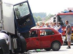 Vážná dopravní nehoda se stala v úterý dopoledne mezui Osečkem a Pňovem-Předhradí. Silnice byla na několik hodin úplně uzavřená.