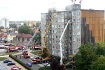 Oheň se snažilo zkrotit několik desítek hasičů, používali i těžkou techniku a výsuvné plošiny.
