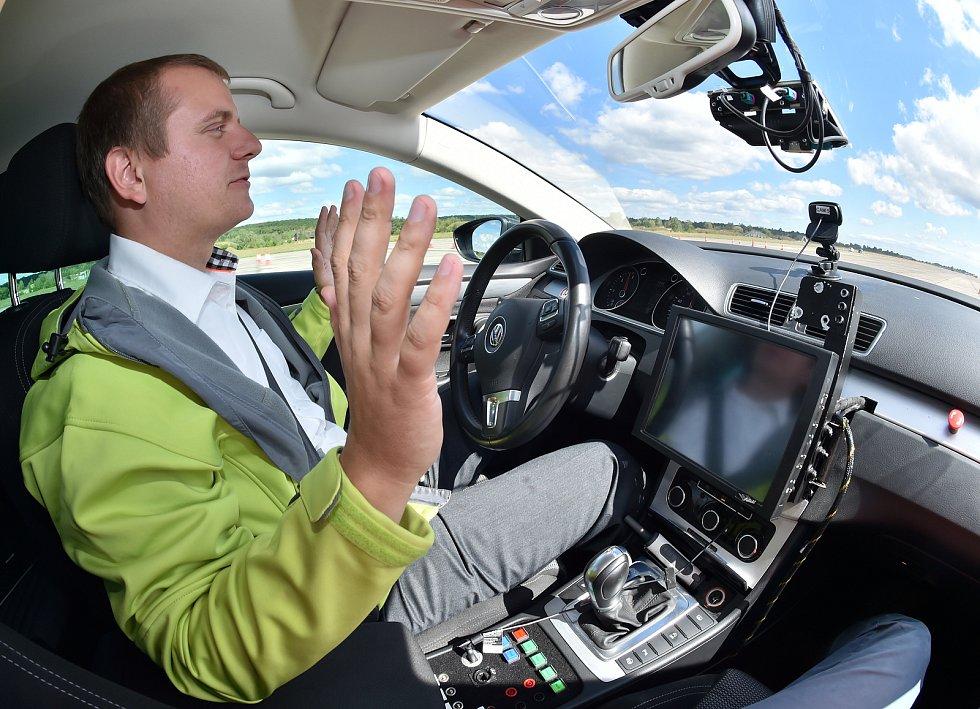 Testovací centrum elektroniky pro samořiditelná auta má na bývalém vojenském letišti Boží Dar působit po další dvě desetiletí – a bude se výrazně rozvíjet.