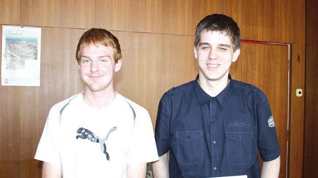 Úspěšní reprezentanti školy David Antoš (vlevo) a Ladislav Mlejnecký v kanceláři ředitele školy.
