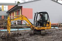 Dodavatelská firma zahájila práce na přístavbě školy za deset milionů korun. Zatím jsou hotové základy, nyní se pracuje na obvodovém zdivu a příčkách.