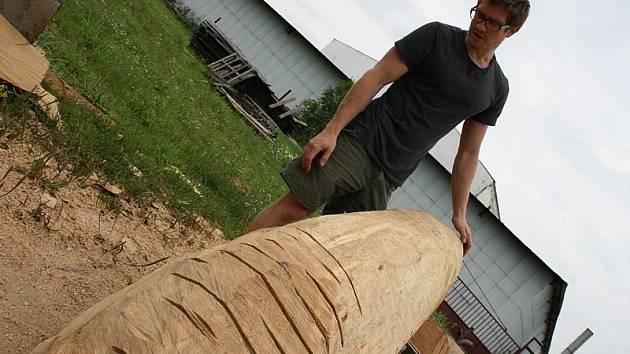 MATĚJ HÁJEK vytváří sochu v podobě rozevřeného kmenu, který je dutý a před ním s dalším prvkem
