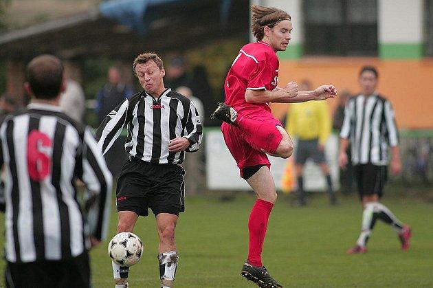 Z fotbalového okresního derby I.B třídy Milovice - Polaban Nymburk B (1:1)