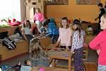 Děti vyráběly dárky maminkám k svátku.