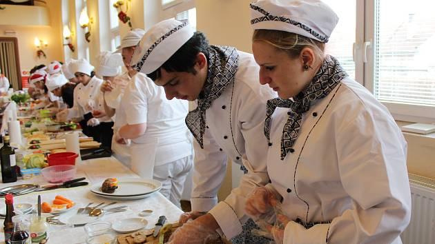 Šestnáct odborných učilišť z celé republiky se účastnilo gastronomické soutěže Srdce na talíři, kterou pořádalo Střední odborné učiliště v Městci Králové.