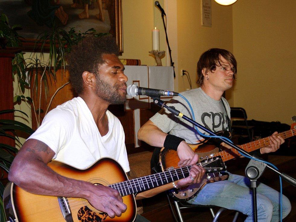 Husův sbor zaplnil koncert skvělých muzikantů v novém seskupení Vanua2, které mísí rock s reggae a dalšími vlivy. O rozproudění nálady se staral naturalizovaný nymburský zpěvák Yannick Tevi pocházející právě ze vzdáleného ostrova Vanuatu.