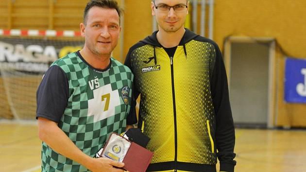 Ocenění. Vladimír Šmicer byl vyhlášen osobností turnaje. Na fotografii s šéfem Praga Cupu Lukášem Řezníčkem.