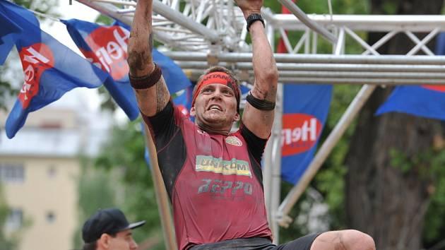 REDAKTOR MICHAL PAVLÍK zdolává jednu z mnoha velice obtížných překážek při závodu Spartan Race