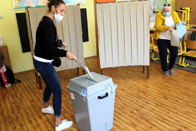 Zájem o volby byl viditelný hned po otevření volebních místností také na Základní škole Tyršova, kde sídlí hned několik volebních okrsků.