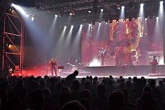 Koncert Čechomoru s projekcí filmu Rok ďábla sledovala zaplněná hala u Jezera.