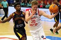 Střelec. Nymburský basketbalista Hayden Dalton překvapuje obrany dalekonosnými pokusy. A úspěšnými