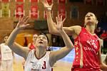 Basketbalistky Nymburka (v bílém) porazily na své palubovce pražskou Slavii.